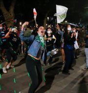 Jublande människor på Plaza Italia i Santiago, Chile, efter omröstningen.  Luis Hidalgo / TT NYHETSBYRÅN
