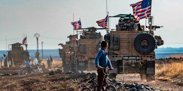 Amerikanska militärfordon i östra Syrien. DELIL SOULEIMAN / AFP