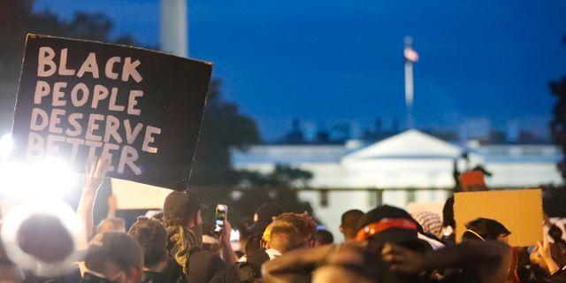 Protester utanför Vita huset i Washington DC.  Alex Brandon / TT NYHETSBYRÅN