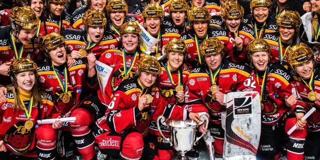 Luleås spelare firar med pokalen. SIMON ELIASSON / BILDBYRÅN