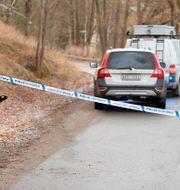 Avspärrningar på platsen där den skottskadade mannen hittades. Marcus Ericsson/TT / TT NYHETSBYRÅN