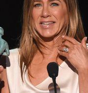 Jennifer Aniston tar emot ett pris under The Screen Actors Guild Awards i januari. Chris Pizzello / TT NYHETSBYRÅN