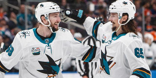 Melker Karlsson och Erik Karlsson firar ett mål. JASON FRANSON / TT NYHETSBYRÅN