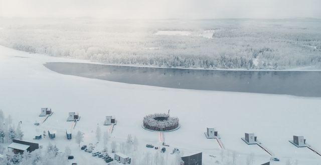 Arctic Bath flyter på Luleälven och är designat av Bertil Harström och Johan Kauppi, som också ritat Treehotel.  Pasquale Baseotto