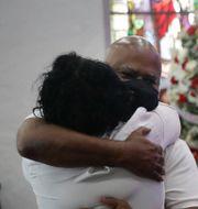 Anhöriga till Lydia Nunez sörjer vid en begravning i Los Angeles i veckan. Marcio Jose Sanchez / TT NYHETSBYRÅN