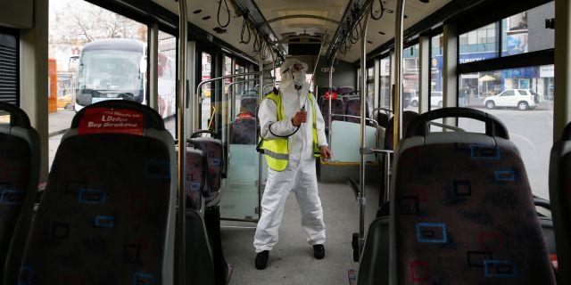 Desinficering av en buss i Turkiet. Emrah Gurel / TT NYHETSBYRÅN