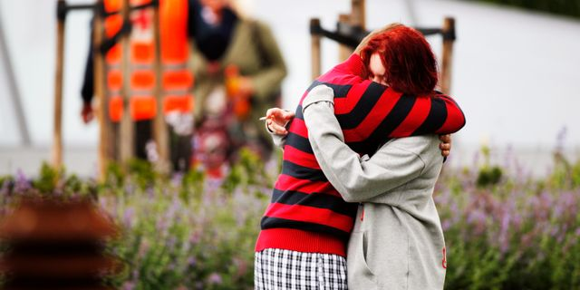 Unga utanför det hotell där överlevare samlades efter dådet, 2011. Teigen, Trond Reidar / SCANPIX SWEDEN