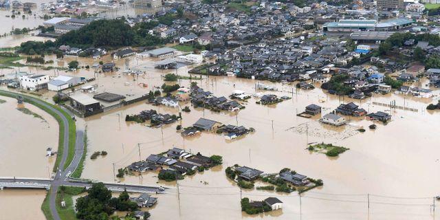 Översvämmade hus i staden Takeo i Saga i Japan.  TT NYHETSBYRÅN