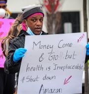 Arkivbild: I mars strejkade personalen vid Amazons lager i Staten Island i New York, och krävde då bättre skyddsutrustning på jobbet.  Bebeto Matthews / TT NYHETSBYRÅN