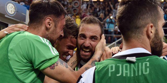 Gonzalo Higuain (trea från vänster) har nyss nickat in segermålet. ALBERTO LINGRIA / TT NYHETSBYRÅN
