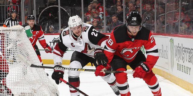 Damon Severson från New Jersey Devils och Oliver Ekman-Larsson.  BRUCE BENNETT / GETTY IMAGES NORTH AMERICA