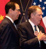 Arkivbild: USA:s finansminister Steven Mnuchin och handelsrepresentanten Robert Lighthizer tillsammans med Kinas vice premiärminister Liu He i Shanghai ifjol.  POOL New / TT NYHETSBYRÅN