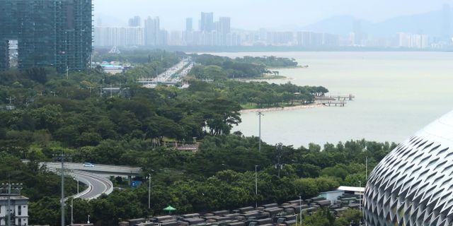 Kinesiska paramilitära syrkor står parkerade vid gränsen mot Hongkong i Shenzhen, Kina.   MARTIN POLLARD / TT NYHETSBYRÅN