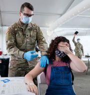 En kvinna vaccineras i Miami, USA.  Lynne Sladky / TT NYHETSBYRÅN