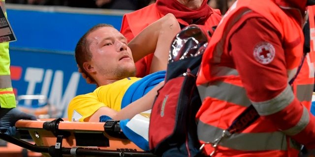 Jakob Johansson blir bortburen efter knäskadan under matchen mot Italien igår kväll.  MIGUEL MEDINA / AFP