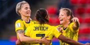 Lina Hurtig , Madelen Janogy och Anna Anvegård firar 2–0-målet mot Chile. SIMON HASTEGÅRD / BILDBYRÅN
