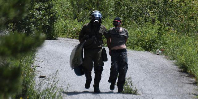 Kravallpolis griper en demonstrant i norra Grekland.  Giannis Papanikos / TT NYHETSBYRÅN