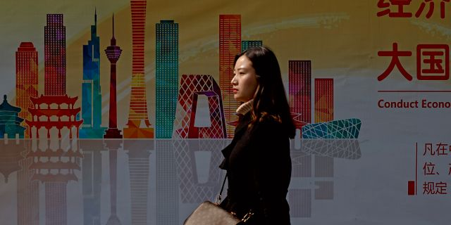 Illustrationsbild: Kvinna promenerar i Pekings affärsdistrikt. Andy Wong / TT NYHETSBYRÅN/ NTB Scanpix