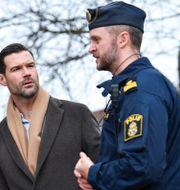 Moderaternas rättspolitiska talesperson Johan Forssell tillsammans med en polis, mars 2019. Johan Nilsson/TT / TT NYHETSBYRÅN