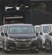 Arkivbild: Bilar som ska exporteras står uppställda i Yokohamas hamn Koji Sasahara / TT NYHETSBYRÅN