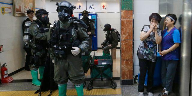 Freedom Guardian-övningen 2016, några kvinnor ser på när sydkoreanska soldater övar i tunnelbanan i Seoul. Ahn Young-joon / TT / NTB Scanpix