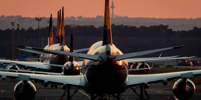 Flera Lufthansa-plan står parkerade i Frankfurt.  Michael Probst / TT NYHETSBYRÅN