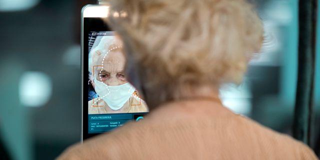 En äldre kvinna mäter kroppstemperaturen på en marknad i Bukarest, Rumänien. Vadim Ghirda / TT NYHETSBYRÅN