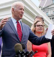 USA:s president Joe Biden tillsammans med senatorer från demokraterna och republikanerna.  Jacquelyn Martin / TT NYHETSBYRÅN