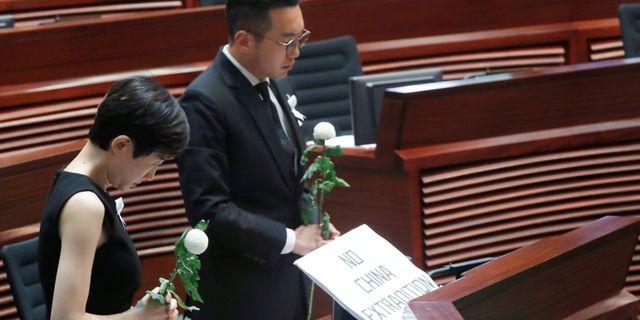 Parlamentsledamöterna Tanya Chan och Alvin Yeung under en tyst minut för den man som dog när han protesterade mot lagförslaget.  TYRONE SIU / TT NYHETSBYRÅN
