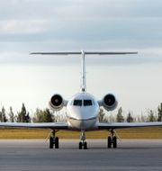 Arkivbild. Skådespelaren John Travoltas privata flygplan. Personer som flyger privatflyg är de stora utsläppsbovarna, enligt studien. Alan Diaz / TT / NTB Scanpix