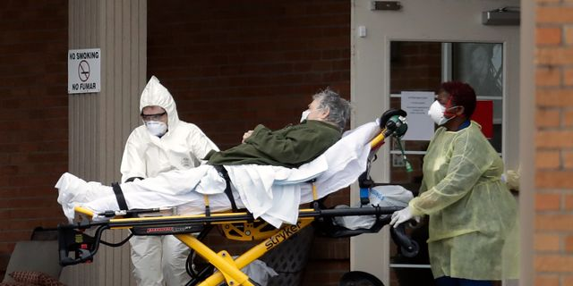 Vårdpersonal och patient i Gallatin, Tennessee. Mark Humphrey / TT NYHETSBYRÅN