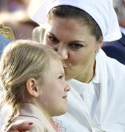 Prinsessan Estelle får en puss av kronprinsessan Victoria på Borgholms IP under firandet. Mikael Fritzon/TT / TT NYHETSBYRÅN