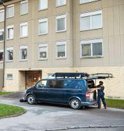 Polisens tekniker undersöker bostaden där mannen hitatdes.  Claudio Bresciani / TT / TT NYHETSBYRÅN
