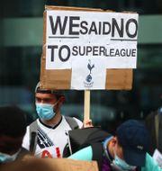 Tottenhamfans protesterar mot planerna  på en superliga.  Clive Rose / TT NYHETSBYRÅN
