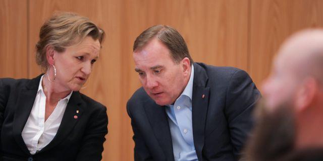 Boel Godner och Stefan Löfven samtalar i januari 2018. Sören Andersson/TT / TT NYHETSBYRÅN