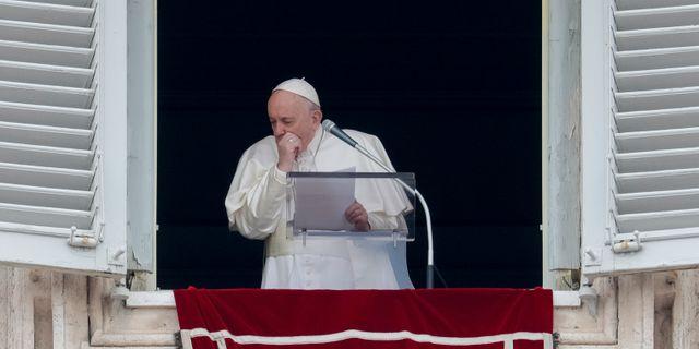 Påven hostar. Andrew Medichini / TT NYHETSBYRÅN