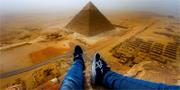 Tyska tonåringen Andrej Ciesielski ville ta sitt livs semesterbild och klättrade upp på den 4 500 år gamla pyramiden i Giza – trots att det är strikt förbjudet. Private