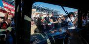 Demonstranter i Minnestoa stoppar medlemmar ur nationalgardet att ta sig fram.            John Minchillo / TT NYHETSBYRÅN