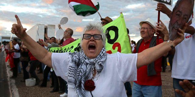 """Folket skrek """"Släpp Lula"""" utanför Högsta domstolen inför beskedet.  Eraldo Peres / TT NYHETSBYRÅN"""