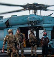 Amerikansk militär på väg till den oljetanker som attackerades. Mass Communication Specialist 2nd Class Quinton A. Lee / TT NYHETSBYRÅN