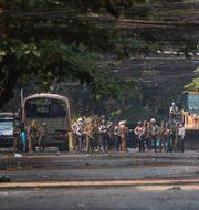 Polis och militär i Rangoon. Bild från 3 april i år. TT NYHETSBYRÅN