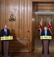 Chris Whitty och Boris Johnson under en pressträff i januari. Hannah McKay / TT NYHETSBYRÅN