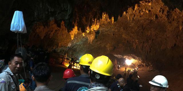 Räddningsarbetare vid grottan där sökningen pågår.  STRINGER / TT NYHETSBYRÅN