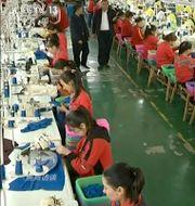 Muslimska arbetare i en klädfabrik i Xinjiang. Odaterad bild från Kinas CCTV. Anonymous / TT NYHETSBYRÅN