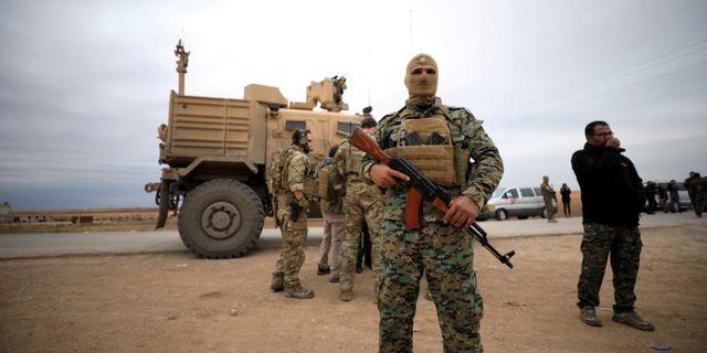 SDF och amerikanska soldater ses i Syrien, nära den turkiska gränsen. Rodi Said / TT NYHETSBYRÅN