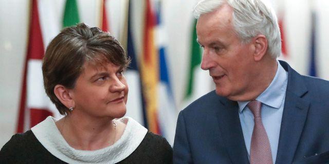 Michel Barnier i samtal med irländska partiledaren och tidigare förstaministern Arlene Foster (6 mars).  Yves Herman / TT / NTB Scanpix