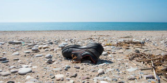 En flyktings kvarlämnade sko på en strand på grekiska ön Samos. Lars Pehrson/SvD/TT / TT NYHETSBYRÅN