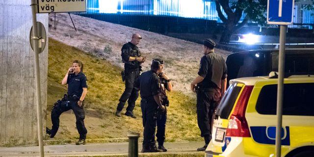 Polis på plats på von Rosens väg i Rosengård i Malmö natten till tisdagen efter att en man i 20-årsåldern skjutits till döds. Johan Nilsson/TT / TT NYHETSBYRÅN
