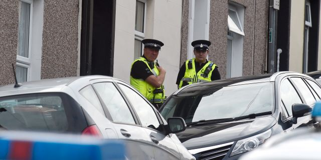 Polis i samband med en husrannsakan i Newport i Wales under onsdagen. REBECCA NADEN / TT NYHETSBYRÅN
