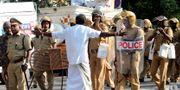 Polisen försöker hålla isär demonstranter från det styrande BJP-partiet och från Kommunistpartiet.  - / AFP